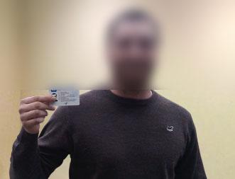 Отзыв от водителя №13 - водитель держит карту в руке