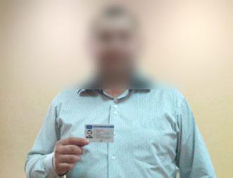 Отзыв от водителя №14 - водитель держит карту в руке