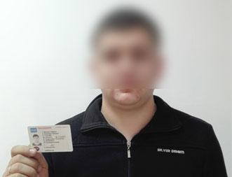 Отзыв от водителя - водитель держит карту в руке